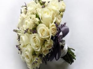 Ramo de rosas y lavanda atado con una cinta púrpura