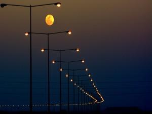 Luna sobre las luces de la carretera