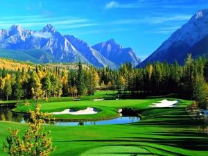 Campo de golf entre montañas