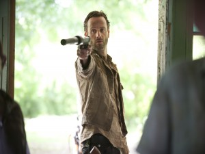 Rick a punto de disparar (The Walking Dead)