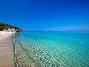 Agua clara a orillas del mar