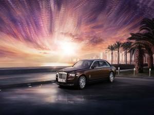 Rolls Royce bajo un cielo luminoso