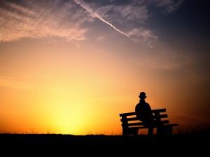 Contemplando el amanecer desde el banco