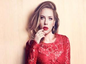 La guapa Scarlett Johansson vestida de rojo