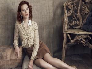 Scarlett Johansson sentada en un cojín