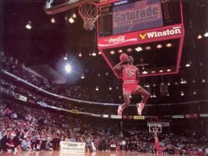 Michael Jordan saltando junto a la canasta