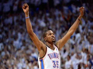 Kevin Durant levantando los brazos (Oklahoma City Thunder)