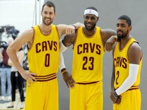 LeBron James junto a dos compañeros de equipo