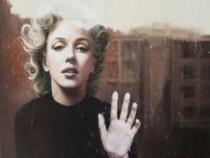 Marilyn Monroe junto a la ventana