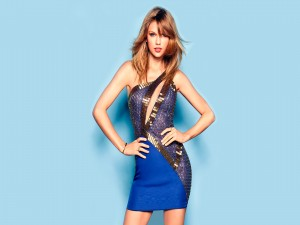 Taylor Swift con un bonito vestido azul
