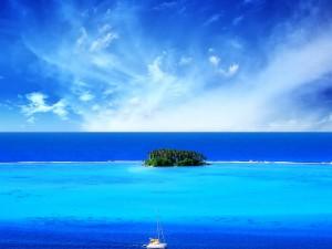 Hermosa isla en el océano azul
