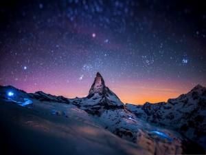Hermoso cielo estrellado sobre la montaña