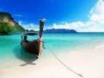 Barca anclada en la playa