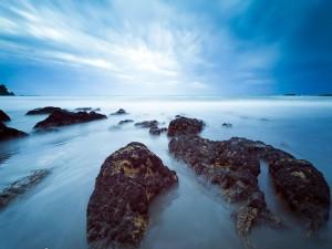 Cielo azul sobre el mar
