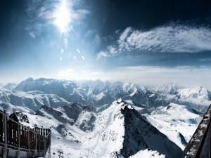Los Alpes nevados iluminados por los rayos del sol