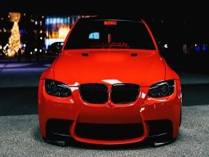 BMW de color rojo en la ciudad
