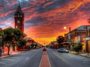 Una pintoresca puesta de sol en una calle de la ciudad