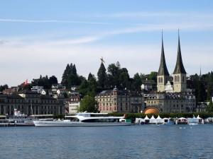 Espectaculares yates en el muelle (Lucerna, Suiza)