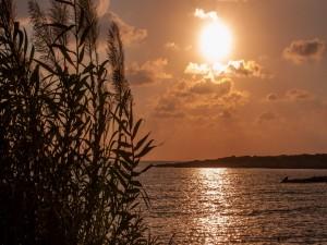 El reflejo del Sol en el mar justo antes de la puesta de sol (Chipre)