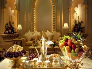 Té, bombones y fruta en la mesa