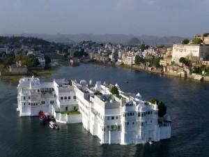 Hermosa casa blanca, en medio de un río, en la India.