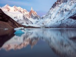 Lago entre las montañas nevadas