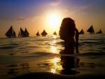 Mujer en el agua al atardecer