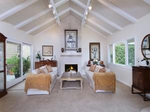Resplandeciente sala de estar con hogar a leña
