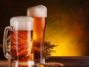 Dos jarras con cerveza