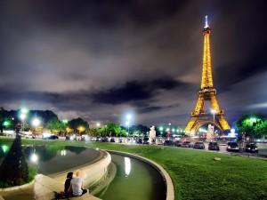Vista increíble de la Torre Eiffel en París (Francia)