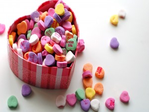 Caramelos en una caja con forma de corazón