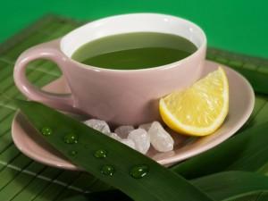 Taza con té verde y rodaja de limón