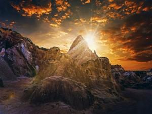 Salida del sol en las montañas