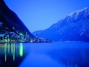 Noche tranquila en el poblado junto al lago