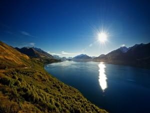 Sol brillando sobre un río tranquilo