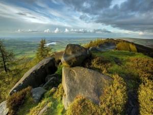 Grandes rocas en la cima de la montaña