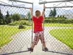 Niño jugando en un portón