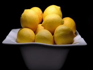 Jugosos limones en una fuente