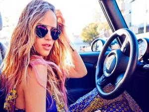 La actriz estadounidense Halston Jean Sage sentada en un auto