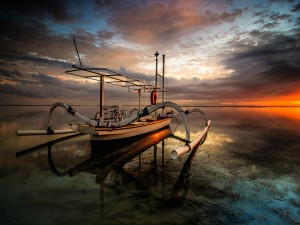 Interesante barco en el oceáno