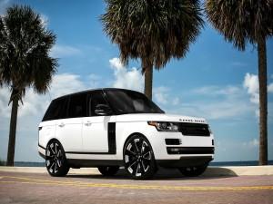 Range Rover blanca, en la carretera, frente al mar