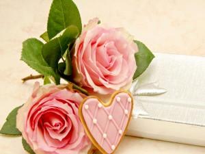 Rosas de color rosa y un delicioso corazón