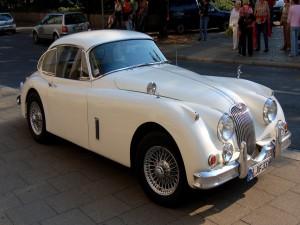 Un Jaguar XK 140 de color blanco