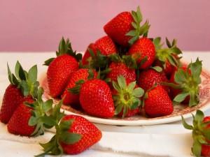 Exquisitas fresas en un plato
