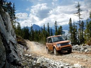 Land Rover en un camino de montaña