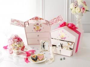 Cajas de regalos, ramo de flores y masitas