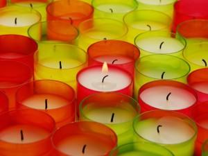 Velas en candelabros de colores