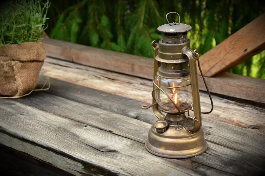 Lámpara de queroseno sobre una tabla