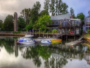 Casas frente a un embarcadero