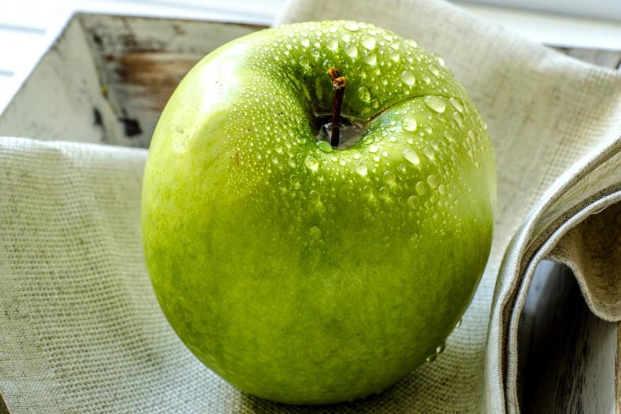 Manzana verde con gotas de agua